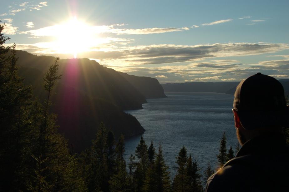 «Parmi les beautés du parc national du Fjord-du-Saguenay, le sentier de l'Anse-de-Tabatière offre un panorama exceptionnel sur le fjord. Ce court sentier en forme de boucle, situé dans le secteur de L'Anse-Saint-Jean et accessible en voiture, dispose de points de vue permettant de contempler des couchers de soleil époustouflants. Alors que le soleil disparaît progressivement derrière l'horizon, la lumière tamisée des derniers rayons de la journée découpe les falaises escarpées, façonnées par l'érosion des glaciers il y a des milliers d'années. Magnifique! N'hésitez pas à y planifier un souper, après avoir rempli votre panieràpique-nique à la boulangerie artisanale Nuances de Grains, à L'Anse-Saint-Jean,ou à la microbrûlerie du coin!» — Mathieu Gagné