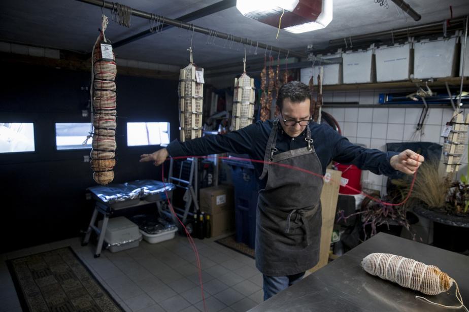 Giuseppe Gammieri ficelle finalement le saucisson en devenir. Il serre si fort qu'il n'est pas rare qu'il se blesse les doigts.
