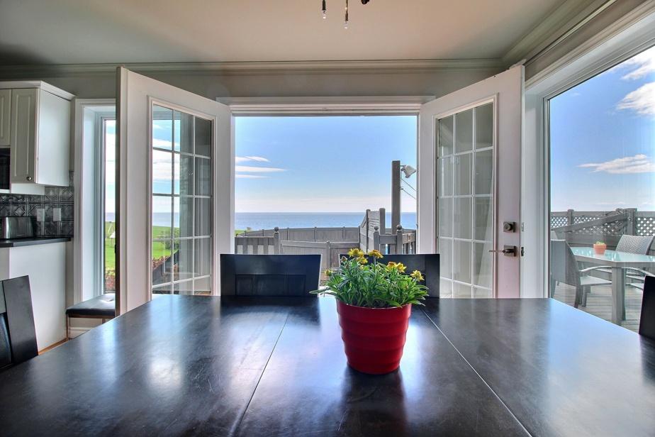 Cette belle propriété de trois chambres à coucher, construite sur un terrain de plus de 100000pi2, est située à Cap-d'Espoir. Prix demandé: 349000$. Courtier immobilier: Sébastien Grenier, de Re/Max Avant Tout Inc.