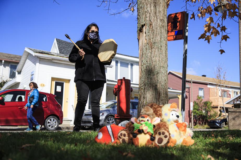 Cheryl Tenasco, Anichinabée et résidante de Wendake, est venue sur les lieux avec un tambour chanter une chanson.