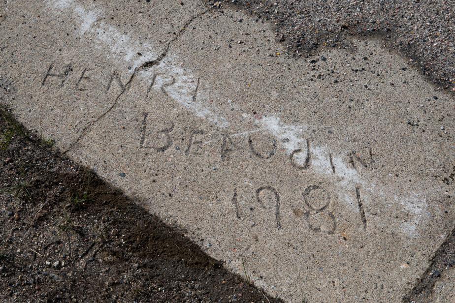 «Henri Beaudin1981», inscrit sur le trottoir, rappelle le passé des 4000personnes qui ont passé leur vie ici.