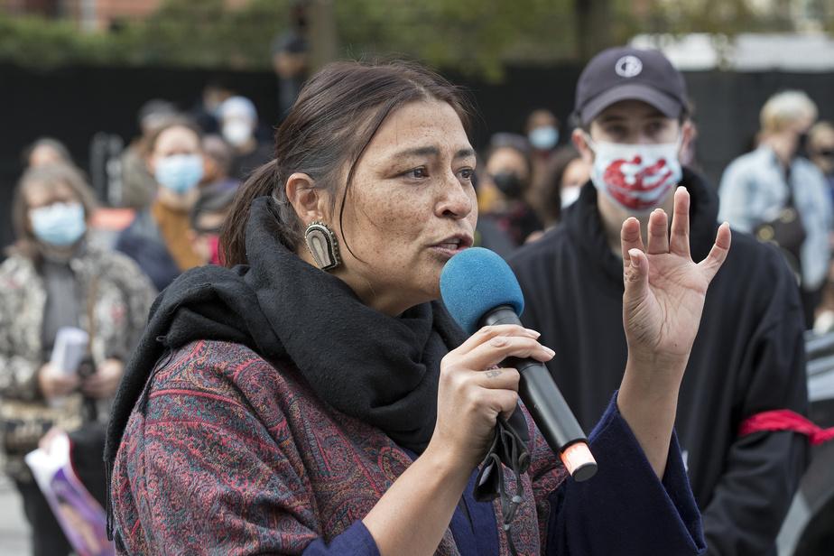 La chanteuse Elisapie Isaac s'est exprimée lors de la manifestation à Montréal, samedi.