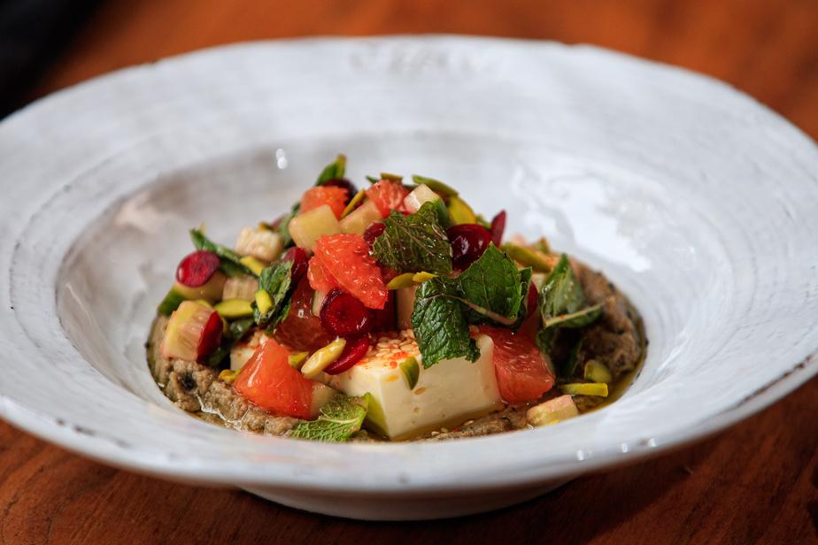 La salade d'aubergines, avec concombre, sésame, pistaches et feta maison