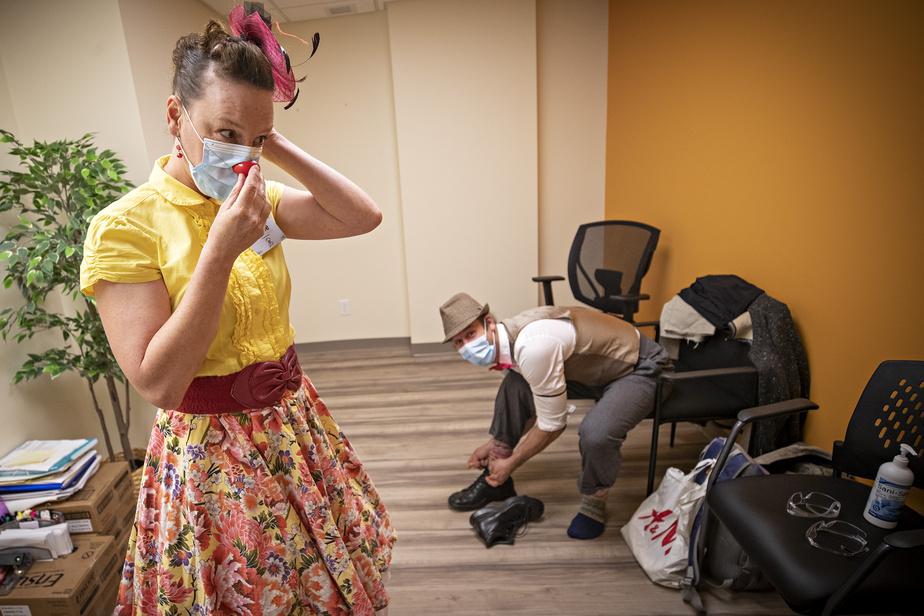 Dans un petit local de la résidence LeFaubourg, les clowns thérapeutiques Rosie et Jules-Émile revêtent leurs costumes. Leur excitation est palpable. Ils adorent leur métier. À cause de la COVID-19, leurs visites n'ont repris que depuis peu, et au compte-gouttes, dans certaines résidences pour aînés duQuébec.