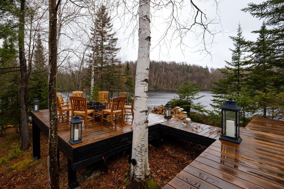 Plusieurs passerelles permettent d'apprécier la nature environnante. L'hiver, les propriétaires dégagent la neige et se réunissent autour d'un feu de camp. L'été, il y a un quai autour du pic rocheux.