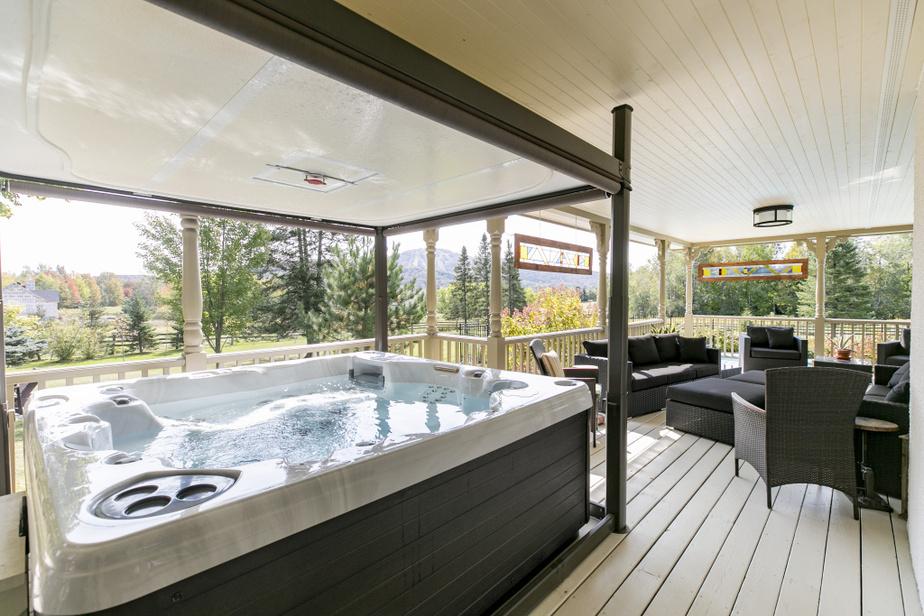 Le sauna est installé sur la galerie couverte, à côté du salon d'été. Il y a une belle vue sur la montagne.