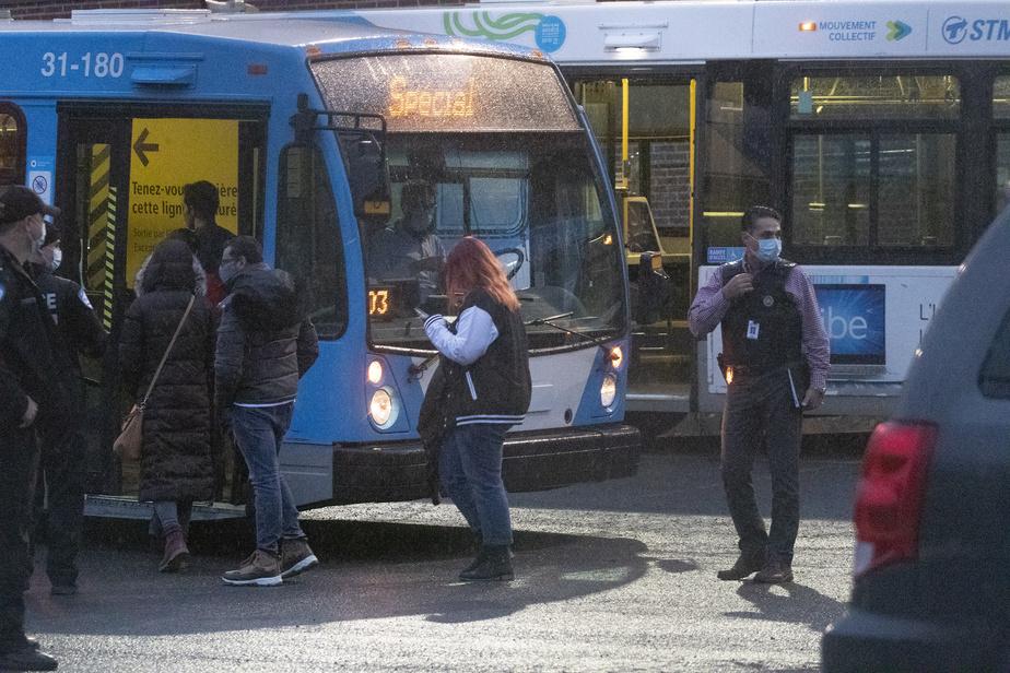 Des employés ont été escortés jusqu'à cinq autobus de la Société de transport de Montréal transformés en abris de fortune.