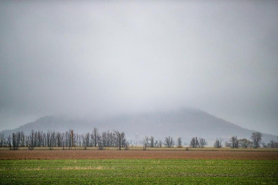 Le mont Saint-Grégoire, en Montérégie, est enveloppé d'un épais brouillard.