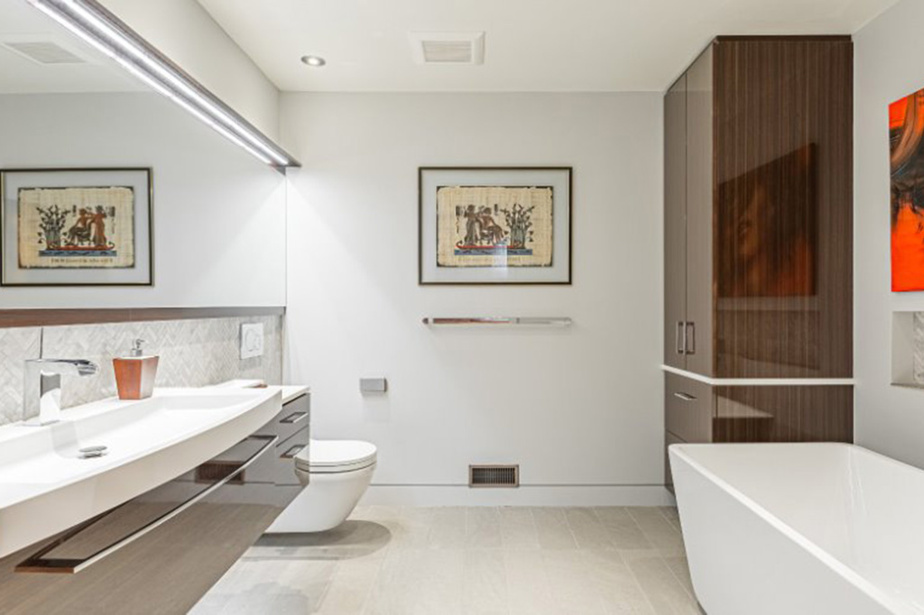 La salle de bains attenante à la chambre principale a été rénovée et reflète les dernières tendances.