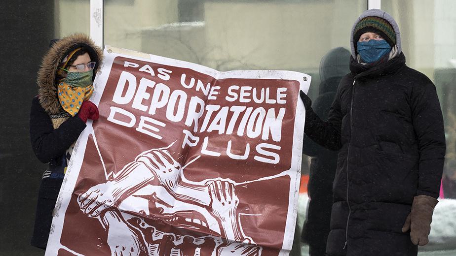 Le rassemblement devant les bureaux de Passeport Canada à Montréal, qui a pris la forme d'une danse de solidarité avec des consignes de distanciation claires, était organisé par l'organisme Solidarité sans frontières.