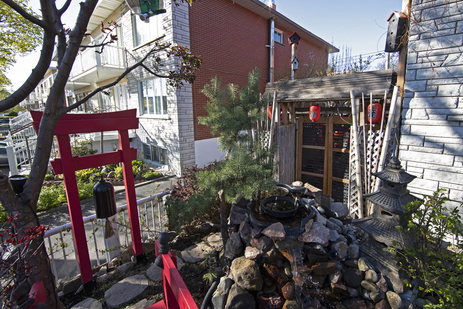 The path to the rear of the property is equally littered with Japanese-inspired elements.  It will evolve with the summer and the plants that will grow there.