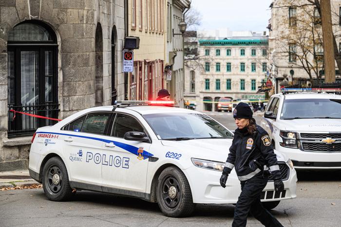 De nombreux véhicules policiers étaient présents dans le Vieux-Québec au lendemain de cette nuit d'Halloween.