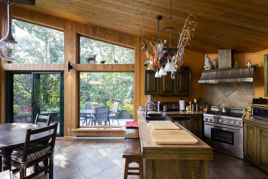 La cuisine est ouverte sur la salle à manger, au troisième niveau, dont le plafond atteint 16pieds (4,8m) de haut.