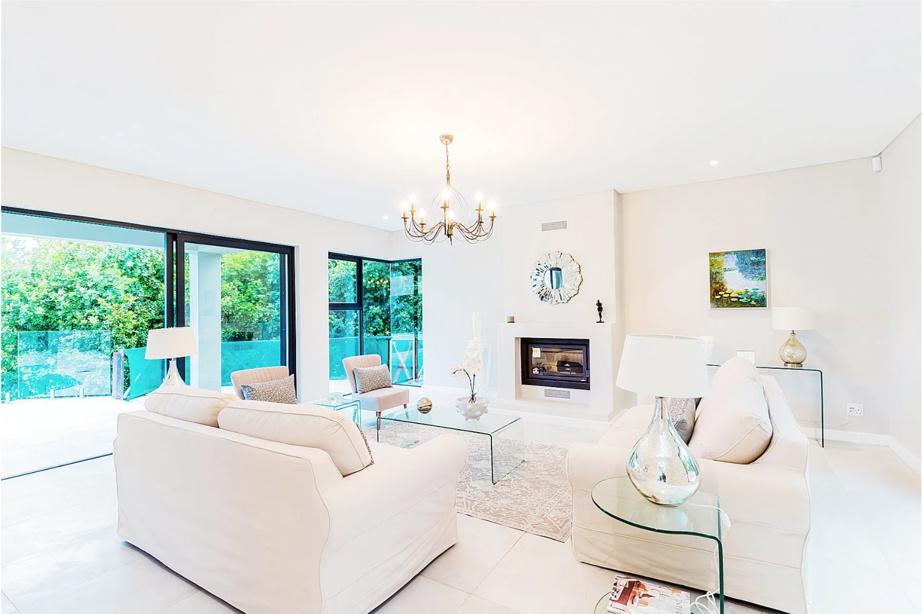 Les salons sont dotés de grandes fenêtres, permettant de profiter de la vue de l'intérieur.