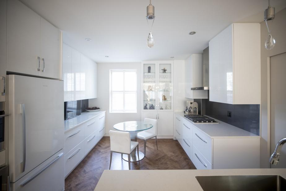 La cuisine, de style contemporain, a été rénovée il y a environ quatre ans.