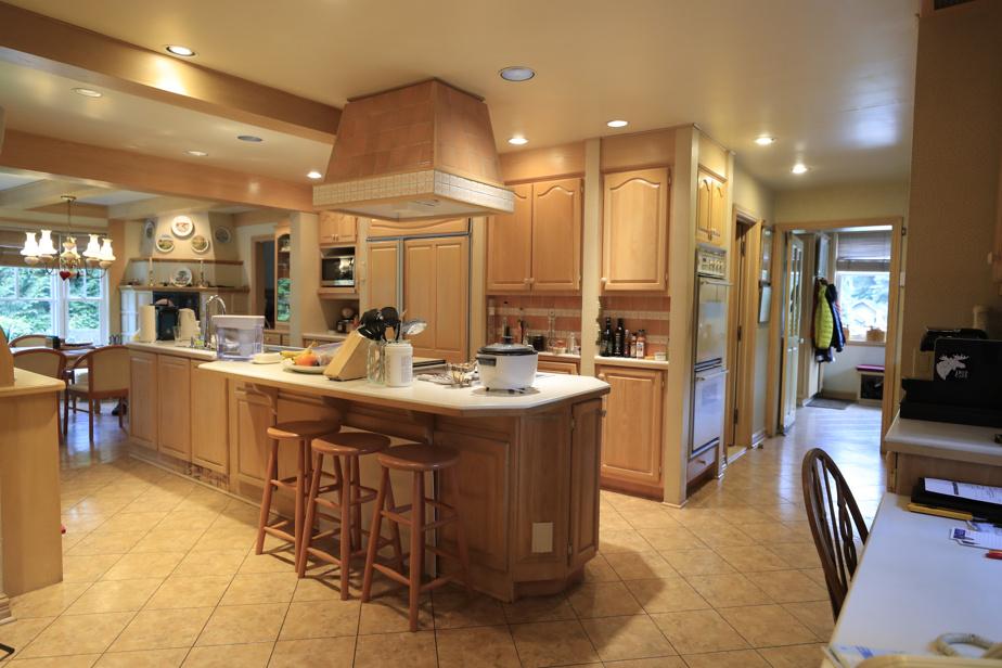 La cuisine, dotée d'armoires en chêne, a été refaite il y a une trentaine d'années.