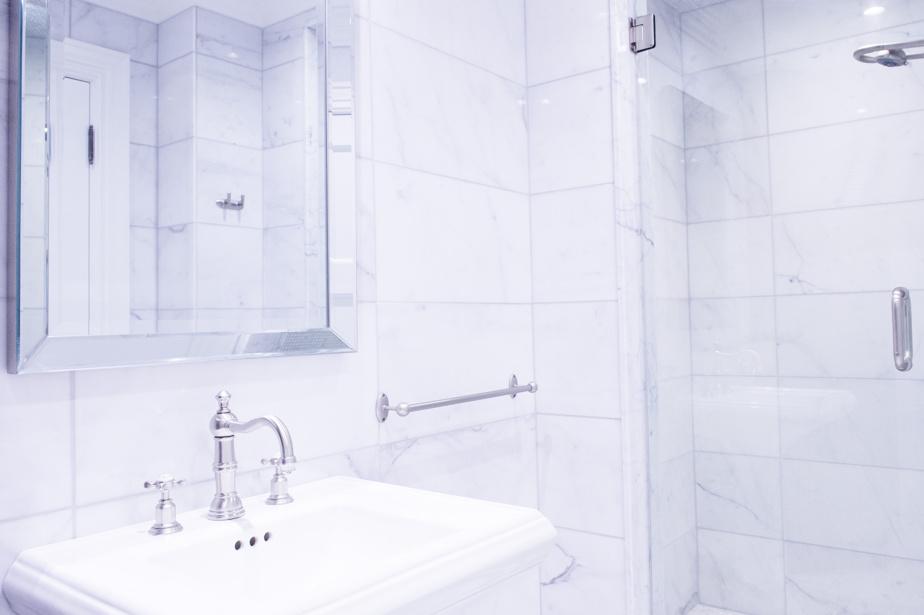 Les trois salles de bains ont été entièrement rénovées. Celle-ci est à côté de la chambre principale.