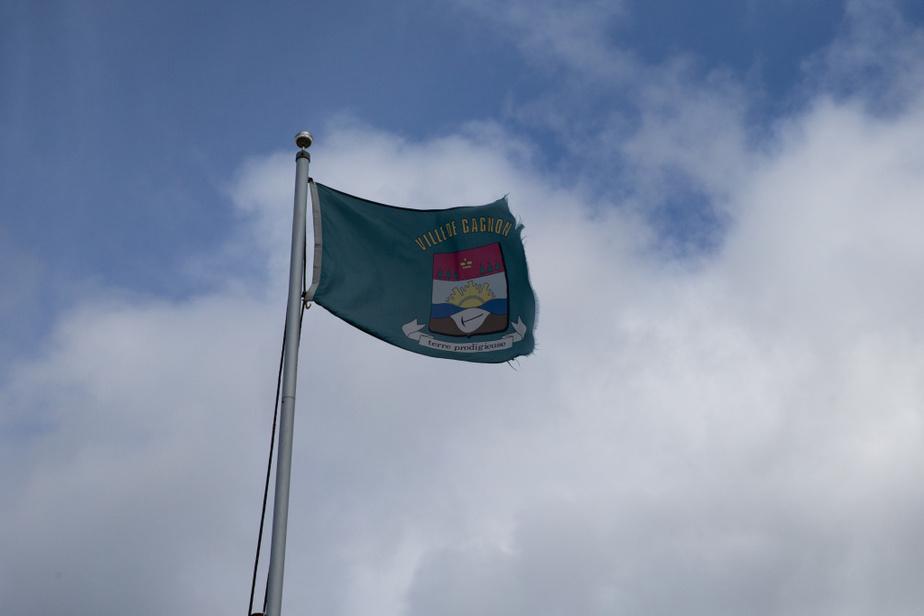 Le drapeau de la ville de Gagnon flotte toujours en bordure de l'ancienne ville.