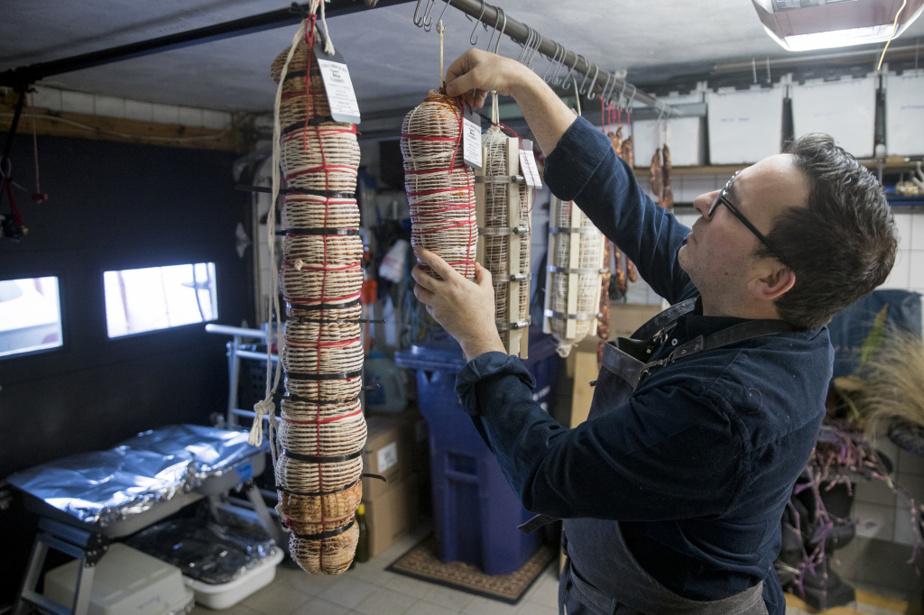 Chaque saucisson doit ensuite vieillir pendant quelques mois, au garage l'hiver, puis dans une chambre froide.