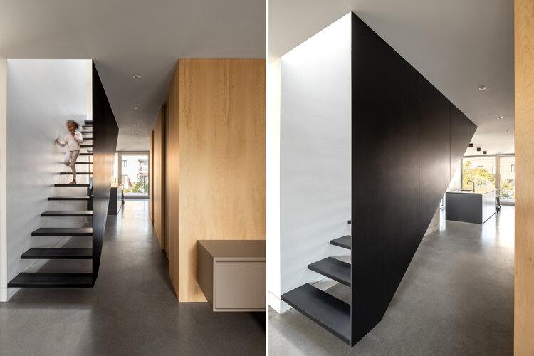 Toujours afin de jouer sur la transparence, l'escalier a été conçu sans contremarches et il est suspendu dans l'espace.
