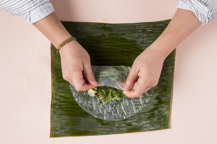 9. Pour rouler, commencer en pliant le bas de la feuille de riz vers le centre.