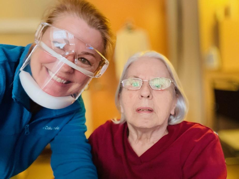 Plusieurs mois après le début de la pandémie, Julie La Rochelle a pu échanger pour la première fois avec sa mère «grâce à l'aide incroyable du personnel soignant du CHSLD où elle réside». «Ma mère lit sur les lèvres et depuis le début de la COVID-19, il nous était impossible de parler avec elle, explique MmeLa Rochelle. Atteinte de la maladie d'Alzheimer, elle ne parvenait plus à connecter avec nous. On a versé quelques larmes, on a rigolé et on s'est comprises.»