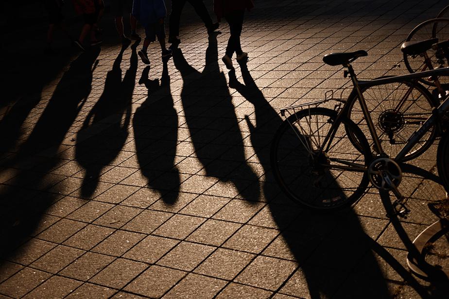 L'ombre de piétons place Jacques-Cartier, dans le Vieux-Montréal