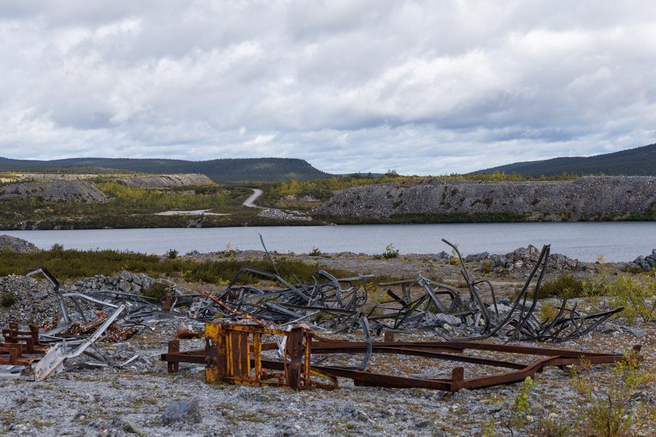Des années ont été nécessaires pour que l'eau remplisse ce qui était autrefois une mine à ciel ouvert. Plus de 1000travailleurs travaillaient ici. Ils habitaient dans la petite ville mono-industrielle de Gagnon, à une dizaine de kilomètres de là.