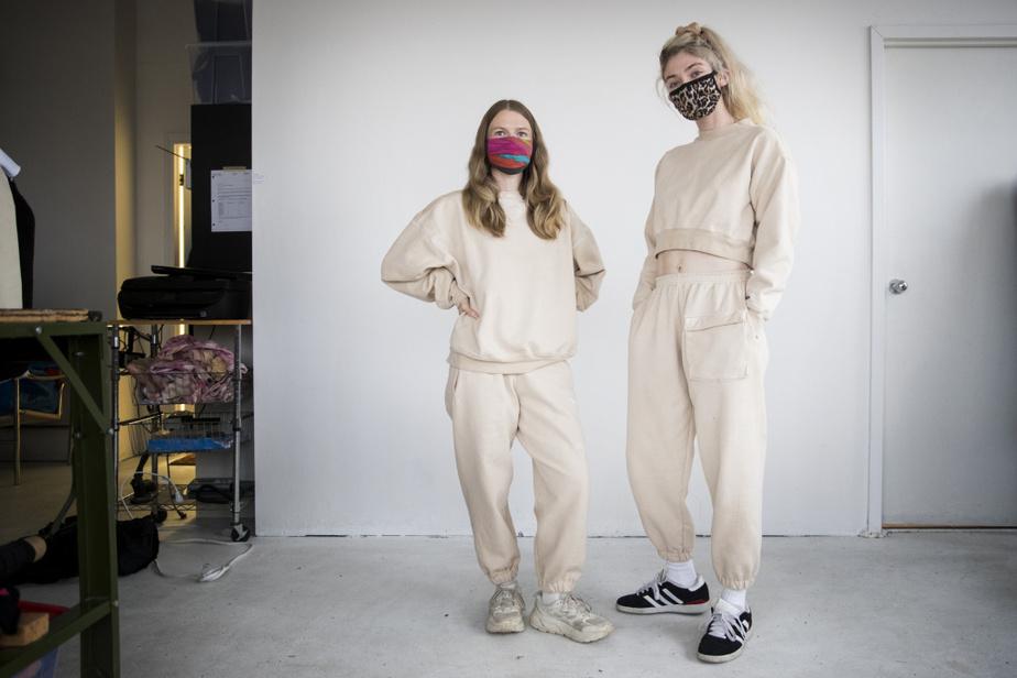 Kate Turner (à gauche) et Alyona Kochetkov ont collaboré pour créer deux ensembles en coton ouaté dont une des particularités est d'avoir été teints avec du café.