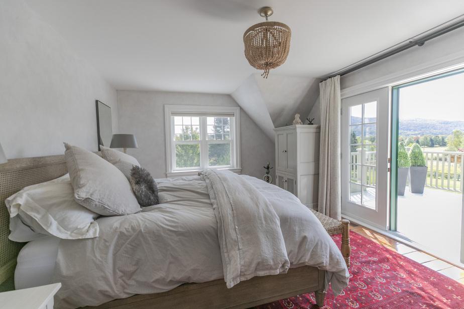 Même de son oreiller, Charles Désourdy se plaît à dire qu'il a une vue sur la montagne. La chambre principale fait partie de l'agrandissement réalisé en 2001.