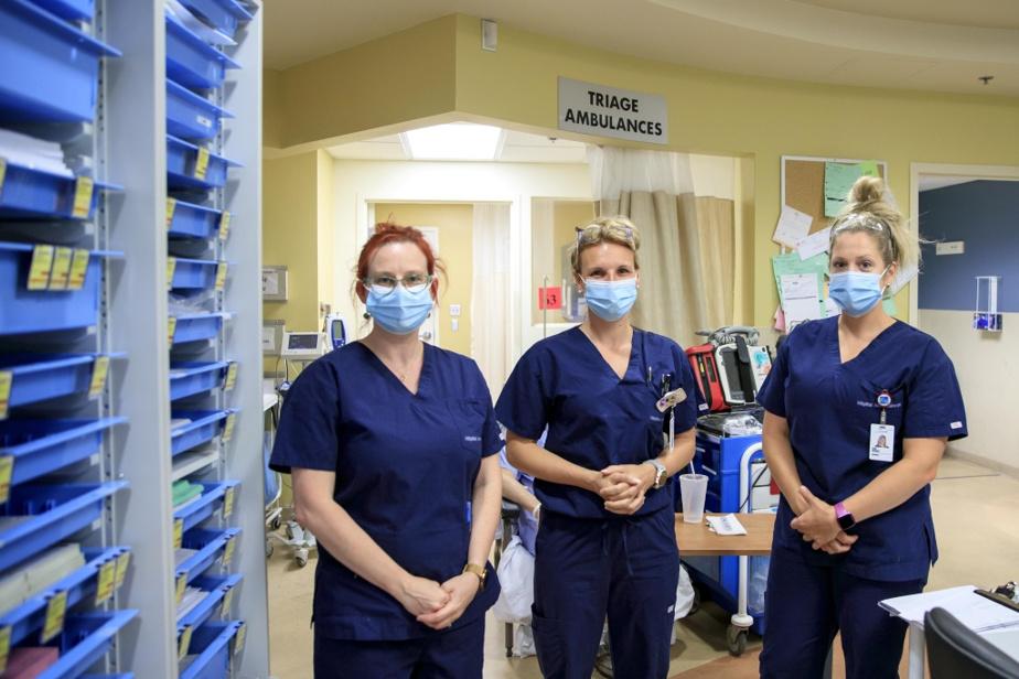 Carine Durocher note que beaucoup d'infirmières d'expérience aux urgences n'hésitent pas à donner de leur temps pour accueillir chaleureusement les recrues et les former adéquatement. «Elles sont toujours disponibles pour les questions. Même si elles sont super occupées», affirme MmeDurocher, qui salue le travail de ses consœurs (de gauche à droite) Marylou Sauvé, Marie-Michèle Labelle et Vicky Déniger.