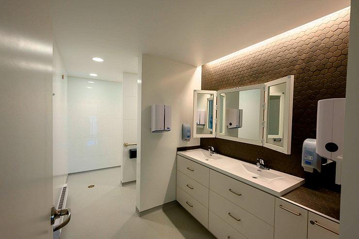 La Maison Véro & Louis comporte plusieurs salles de bain aménagées en fonction des besoins des résidents; même les miroirs ont été pensés pour diminuer les stimuli des surfaces réfléchissantes.