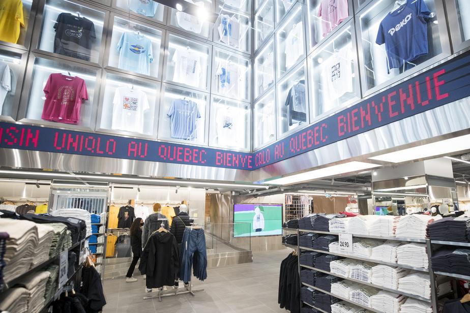 Une section plus urbaine met de l'avant la gamme UT, composés de plusieurs collections de t-shirts graphiques, alors qu'au haut des murs sont encadrés des modèles des collections précédentes.