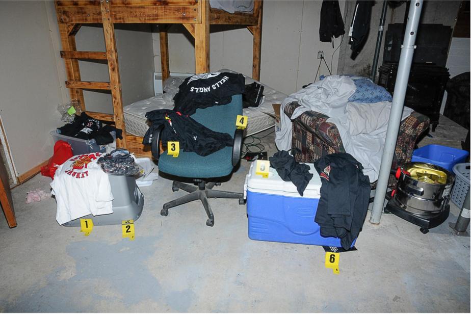 Les policiers ont découvert plusieurs vêtements à l'effigie des Hells Angels dans une chambre ayant des lits superposés, dans le local de Saint-Cuthbert