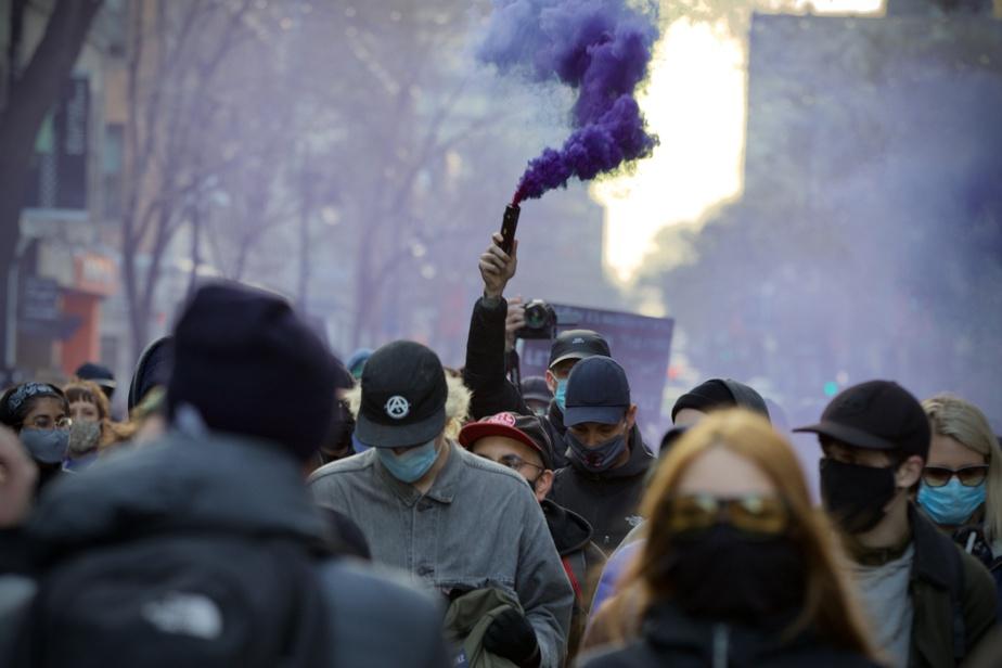 Quelques centaines de manifestants se sont rassemblés au parc Jeanne-Mance, à Montréal, pour protester contre le couvre-feu.