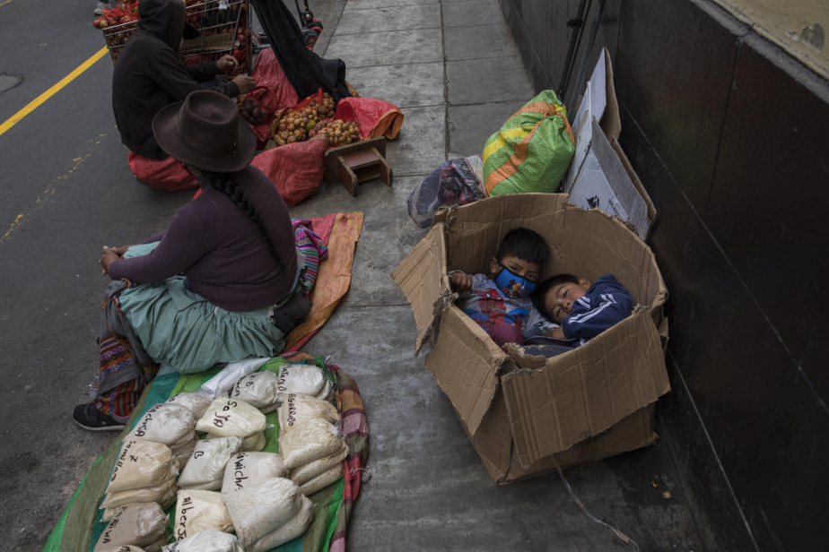 Des vendeuses itinérantes et leurs enfants dans une rue deLima, au Pérou