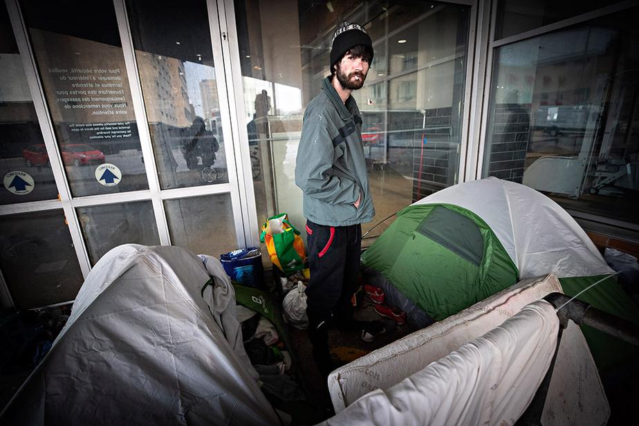 À Montréal, un sans-abri attend près de l'Hôtel Place Dupuis, qui sera converti en refuge de nuit de 380places.