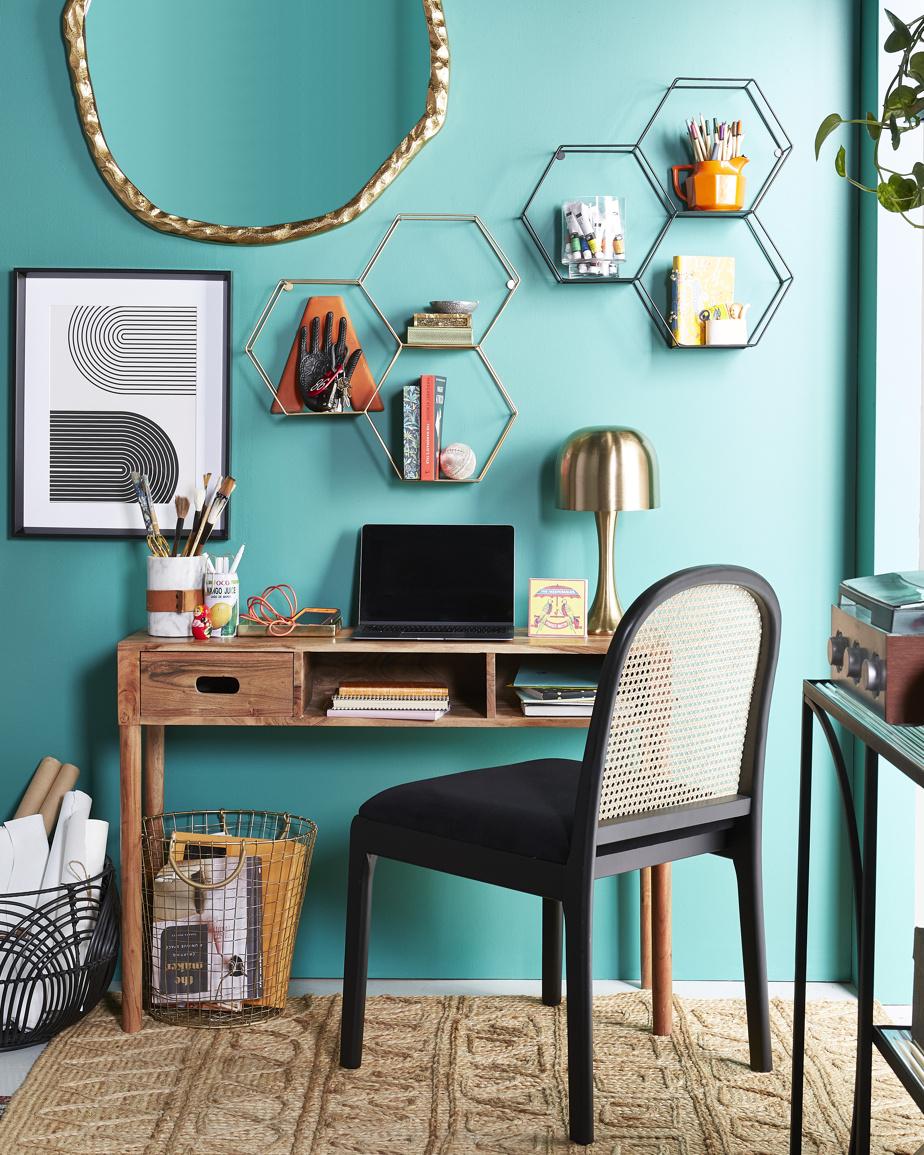 La flexibilité est à l'honneur, indique Erin O'Brien, de HomeSense. «Les gens sont prêts à travailler [ou à étudier] tant à l'extérieur de la maison que chez eux. Ils sont équipés pour toute éventualité. La transition est facilitée par l'intégration d'éléments de rangement et d'accessoires qui donnent du caractère à l'espace de travail.»