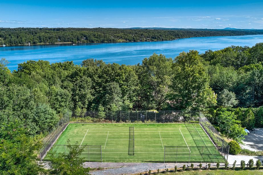 Baignade dans la piscine, match de tennis ou balade en kayak sur le lac: l'endroit est paradisiaque.