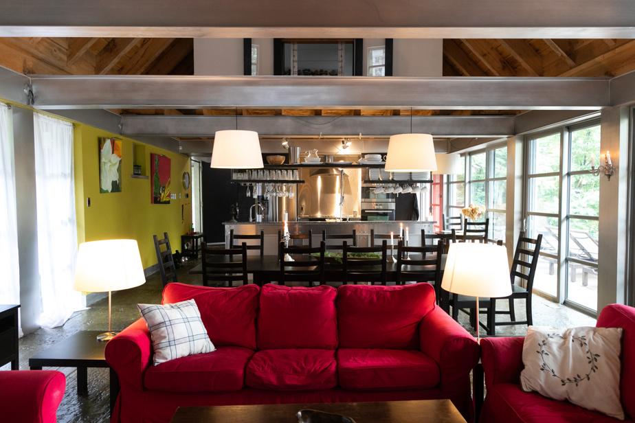 Disposés en enfilade, le salon, la salle à manger et la cuisine bénéficient d'une lumière naturelle abondante et d'un panorama dégagé jusqu'à Sutton.