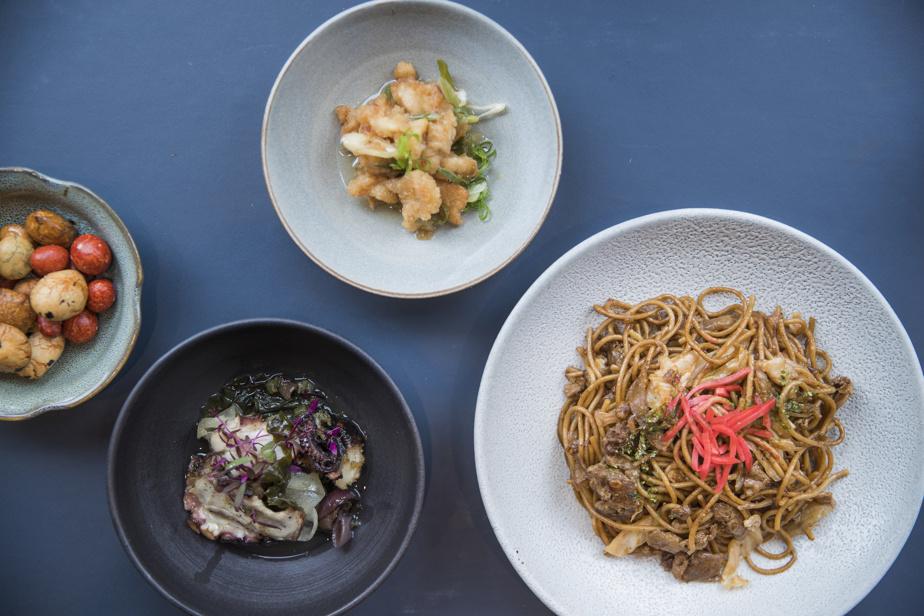 Un exemple de petits plats qu'on peut déguster à la bonne franquette chez Ôkini: petites grignotines typiquement nippones importées du Japon, pieuvre et thon albacore marinés, nouilles de soba.