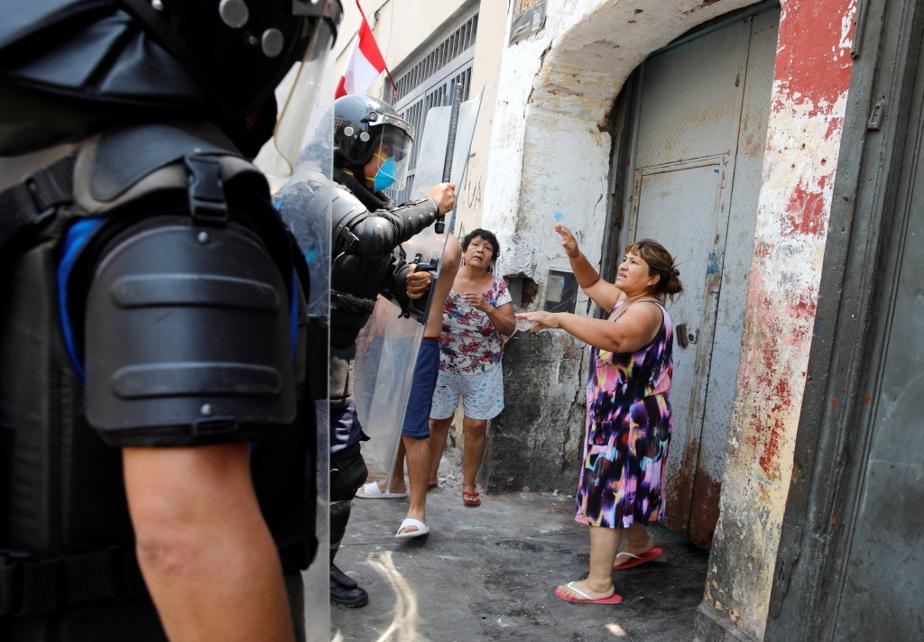 Affrontement entre policiers et petits commerçants de rue après la décision du gouvernement de fermer le marché de Lima et d'autres commerces jugés non essentiels