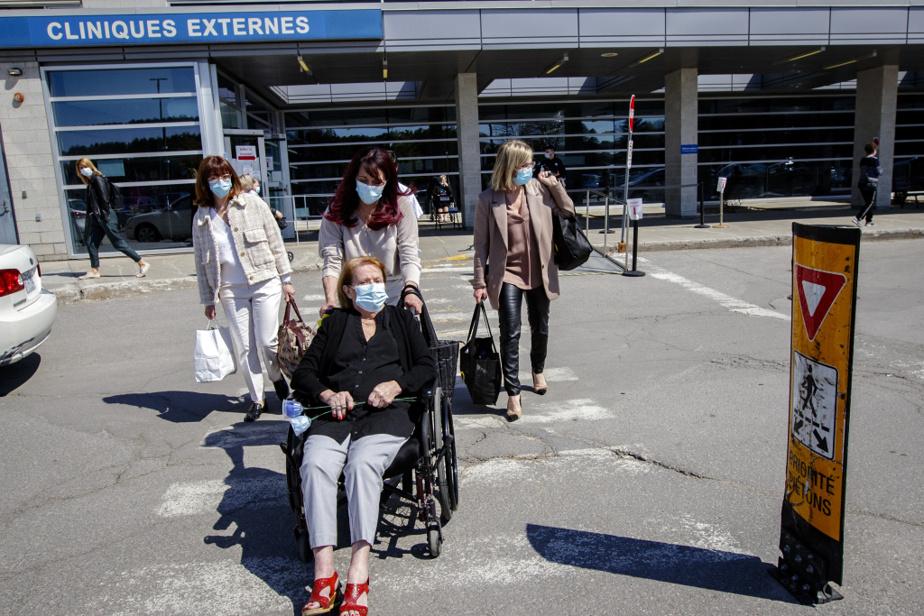 MmeLafortune en compagnie de ses trois filles dans le stationnement de l'hôpital