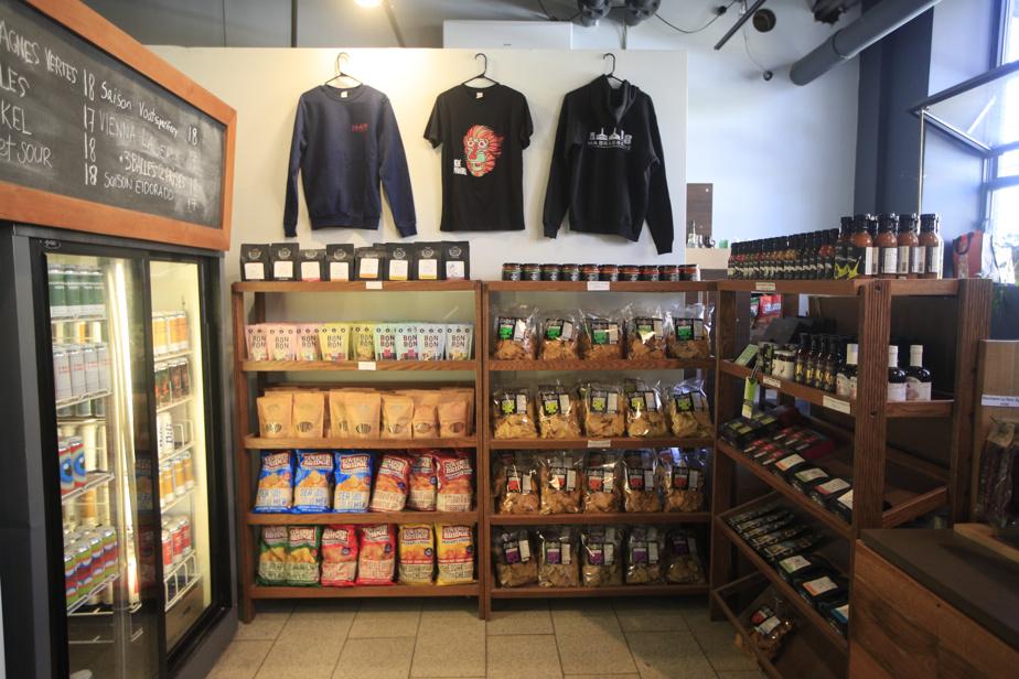 à la boutique de MaBrasserie, en plus de la bière, on trouve quelques produits locaux choisis.