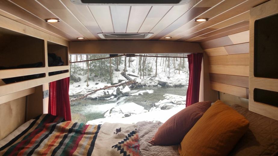 Un espace bien aménagé dans une camionnette de VanLife Mtl