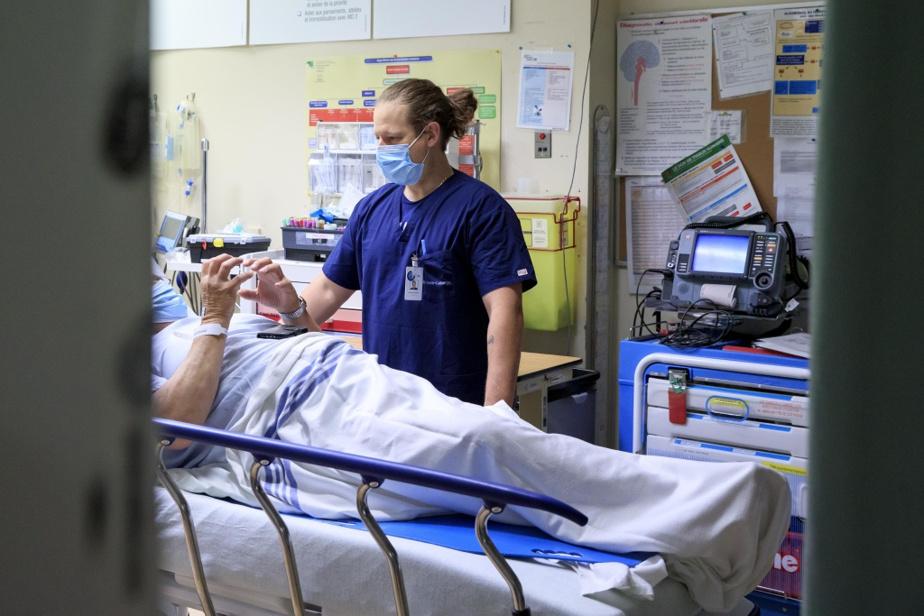 Le jour de la visite de LaPresse, l'infirmier Sébastien Hamelin veillait sur cinq patients dans la salle de trauma des urgences. Ceux-ci étaient stables. Pour aider ses collègues débordés, M.Hamelin a accepté pendant quelques minutes d'aller faire un peu de triage. «C'est tout le temps comme ça ici. Tout le monde s'aide», dit la cheffe du service des urgences Carine Durocher.