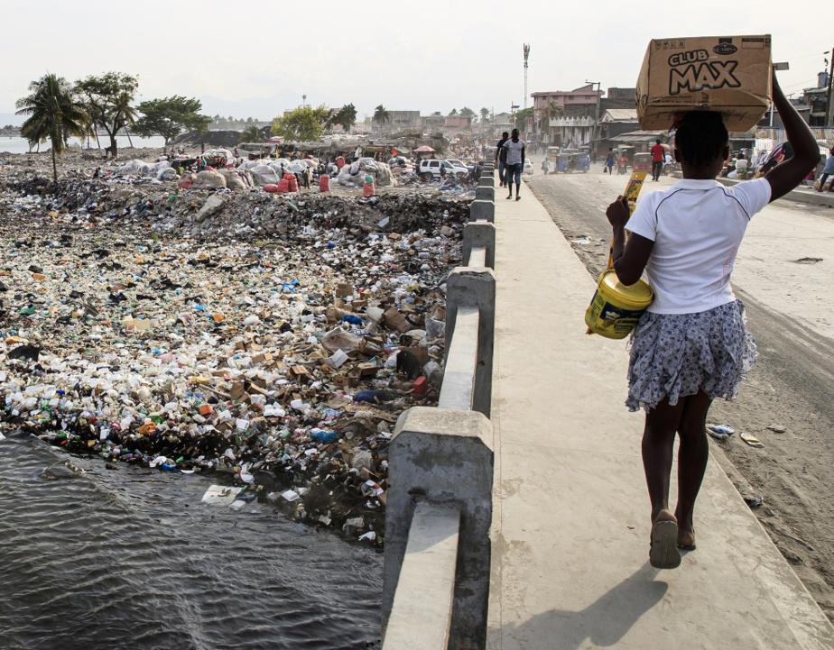 La rivière a été considérablement rétrécie par l'étalement anarchique des bidonvilles, bâtis sur des amoncellements de déchets.