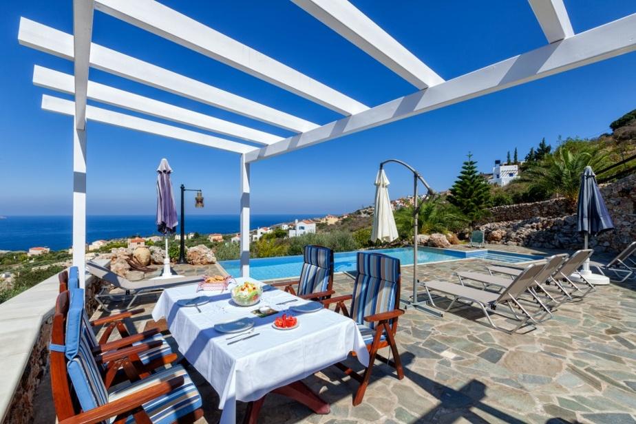 Cette terrasse offre la possibilité de manger près de la piscine.