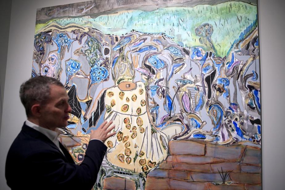 Stéphane Aquin devant le tableau Autoportrait, de Manuel Mathieu (2017)