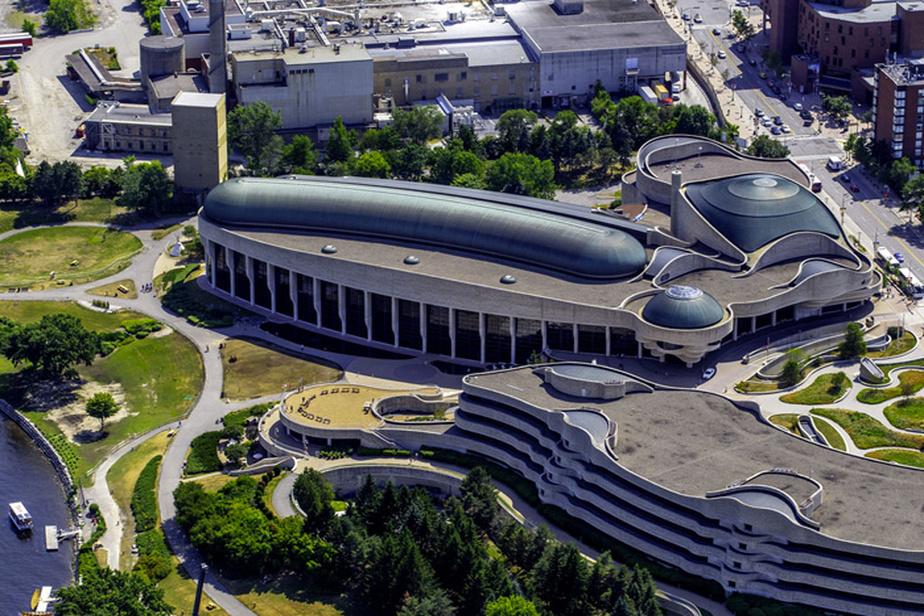 Situé à Gatineau, le Musée canadien de l'histoire accueille plus de 1,2million de visiteurs chaque année. C'est le musée le plus visité au Canada.